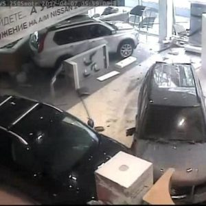 Ginecólogo destroza concesionario de coches en Moscú 28