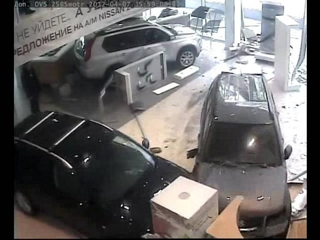 Ginecólogo destroza concesionario de coches en Moscú 5