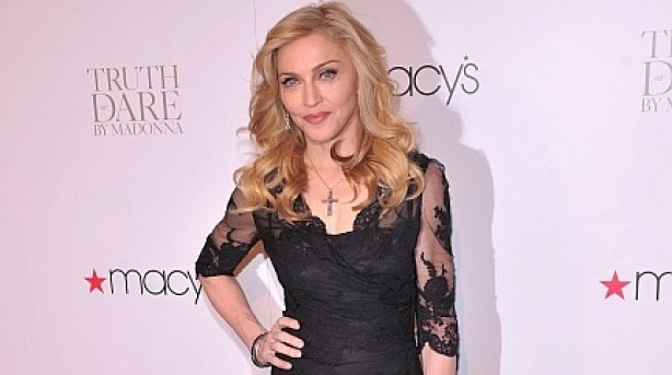 """f8918f6ca04ec2baaa305b5b254ce4f1 - Madonna luce """"uñas descuidadas"""" en lanzamiento de su perfume"""
