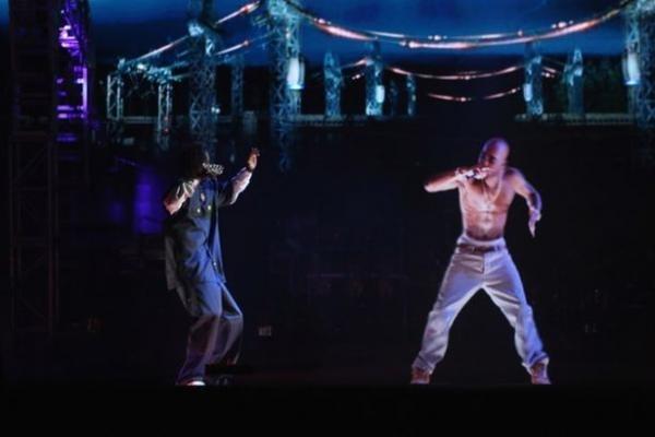 El fantasma de Tupac da un concierto en California 10