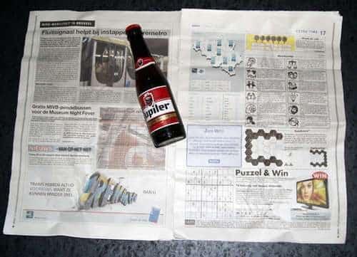 Como abrir una botella de cerveza con una hoja de periódico o un billete 2