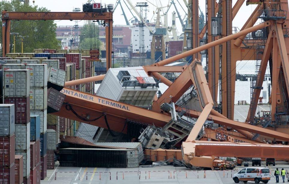 Un ferry destruye un puerto 2