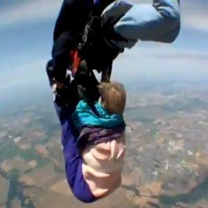 Una anciana vive su experiencia más traumática al tirarse en paracaídas 29
