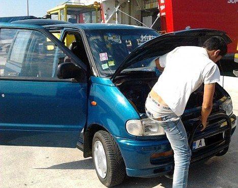 Inmigrante afgano pasó 20 horas escondido bajo el capó de un coche 18