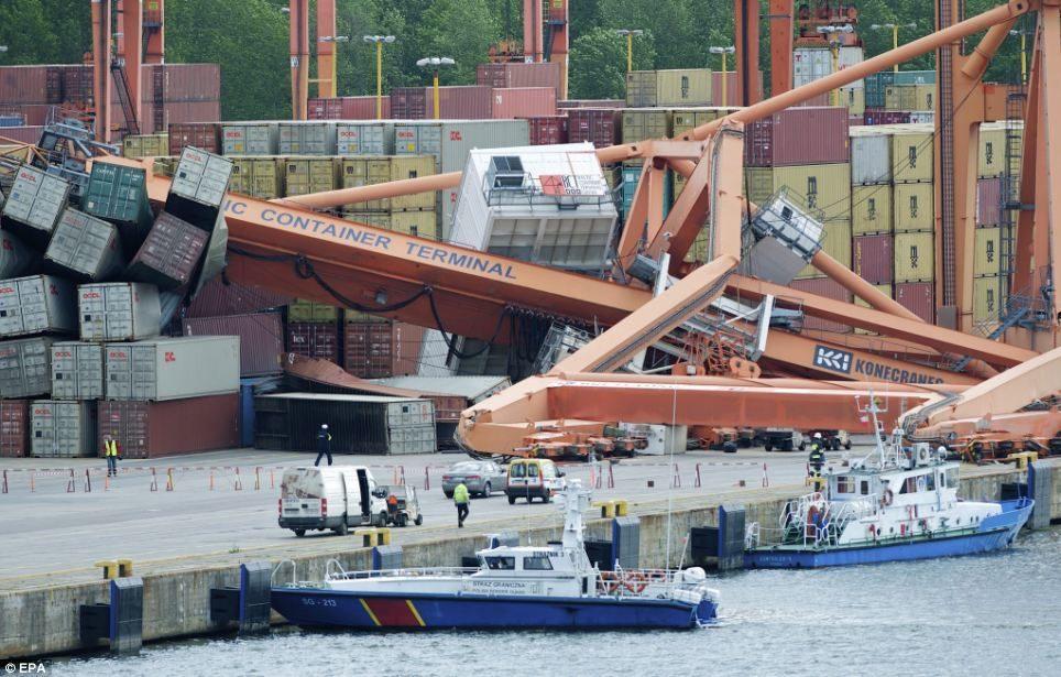 Ferry destruye un muelle
