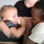 Madre da el pecho a su hijo de 4 y otro adoptivo de 7 6