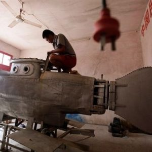Un desempleado chino monta una fábrica de minisubmarinos en su garaje 24