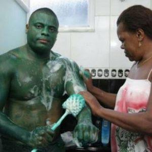 """Se disfrazó de """"El Increíble Hulk"""" y ahora no puede volver a la normalidad 9"""