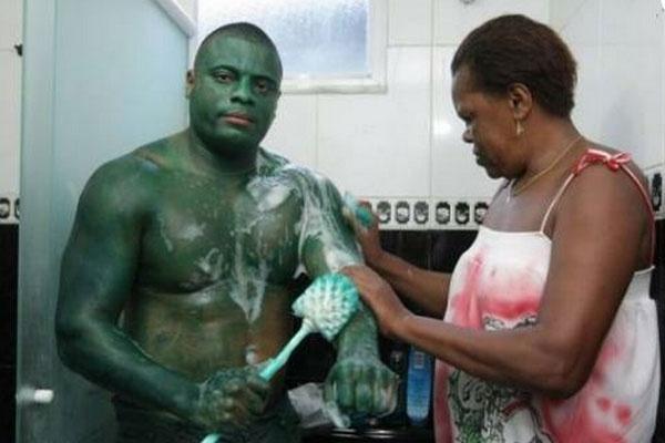"""df4cd83a7afb42155e20ead9e0eed213 - Se disfrazó de """"El Increíble Hulk"""" y ahora no puede volver a la normalidad"""