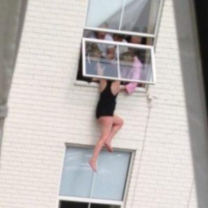Momento de infarto: una mujer es salvada por sus amigos después de amenazar con saltar 26