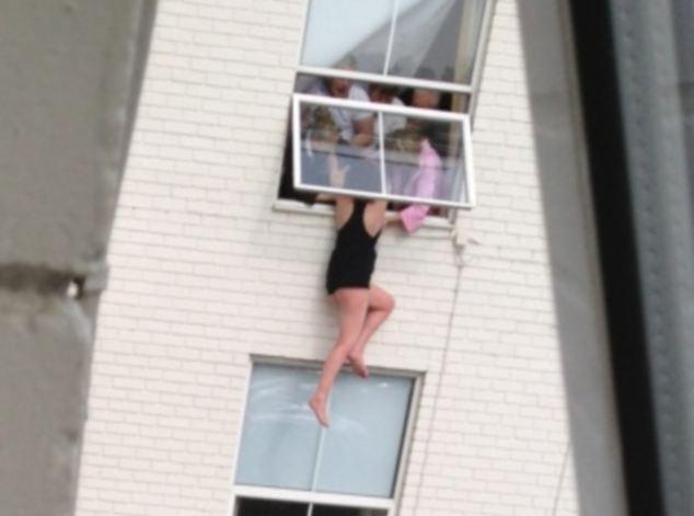 Momento de infarto: una mujer es salvada por sus amigos después de amenazar con saltar 2