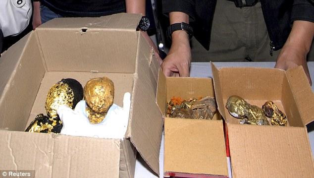 ¡Macabro! hallan fetos envueltos en hojas de oro dentro de una maleta (Advertimos Fotos Impactantes) 3