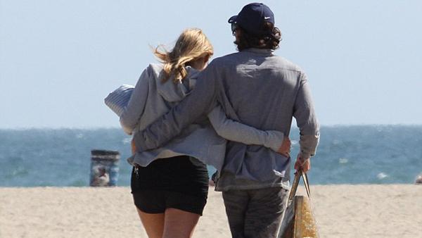 saron 1 - Sharon Stone, feliz con su novio argentino en la playa