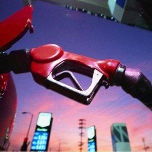 El precio del petróleo baja un 30% pero las gasolineras no lo aplican 16
