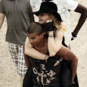 Madonna hace alarde de su novio 30 años menor 26