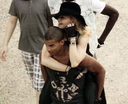 76db577b160d0d4497a19f4d0b6a25c8 - Madonna hace alarde de su novio 30 años menor
