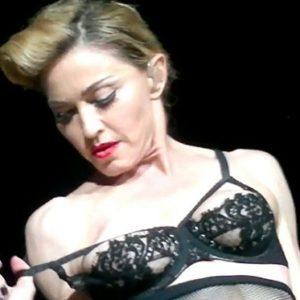 Madonna (53) hizo streptease en el escenario 23