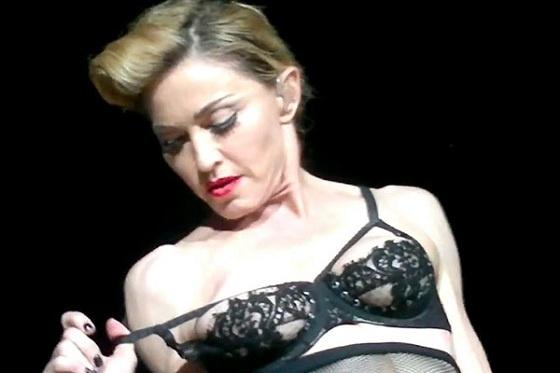 7e961fbbb45d09b8870e217b2b71c71b - Madonna (53) hizo streptease en el escenario