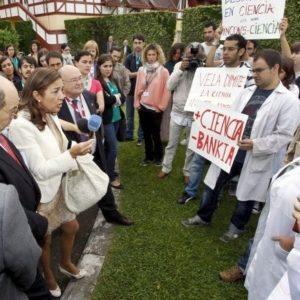 Un grupo de jóvenes científicos increpa a Carmen Vela por los recortes 15