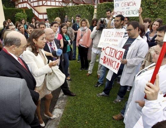 Un grupo de jóvenes científicos increpa a Carmen Vela por los recortes 5