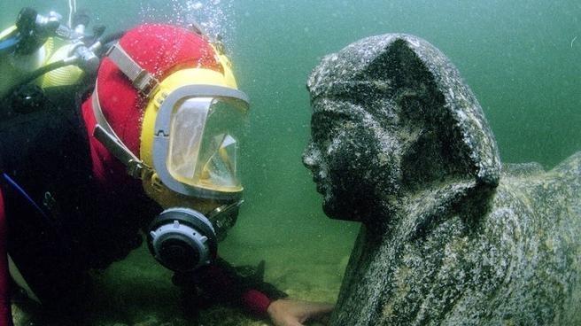 La impresionante estatua de Cleopatra hallada en el mar 6