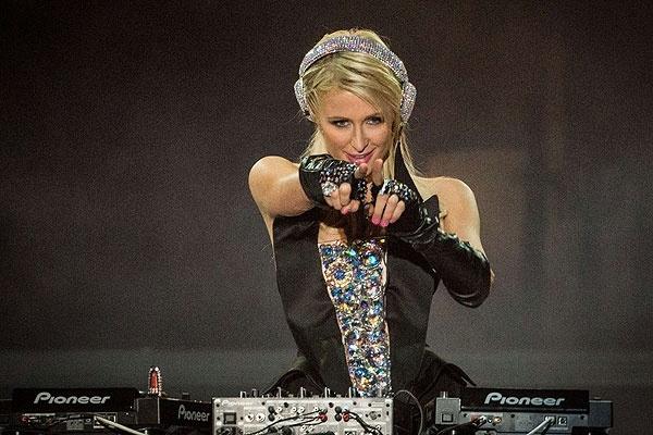 Desastroso debut de Paris Hilton como DJ 10