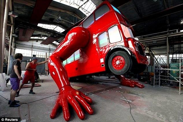 1d3175327a81ee6dbda7ea3fd1c67935 - El artista David Cerny transforma un clásico autobús londinense en un atleta para los Juegos Olímpicos de Londres