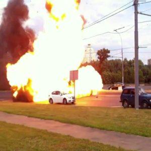 Cámara capta como una furgoneta se incendia y explota en Rusia 15
