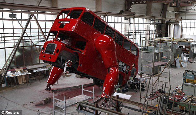 el-artista-david-cerny-transforma-un-clasico-autobus-londinense-0-1