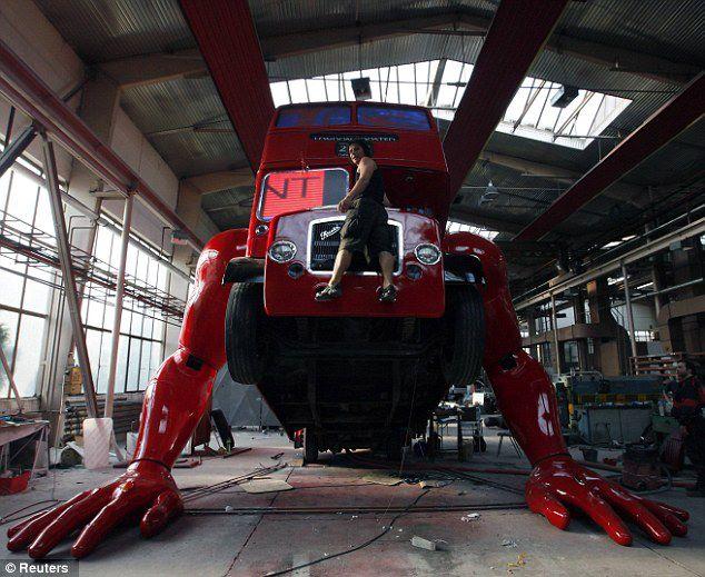 el-artista-david-cerny-transforma-un-clasico-autobus-londinense-0-19