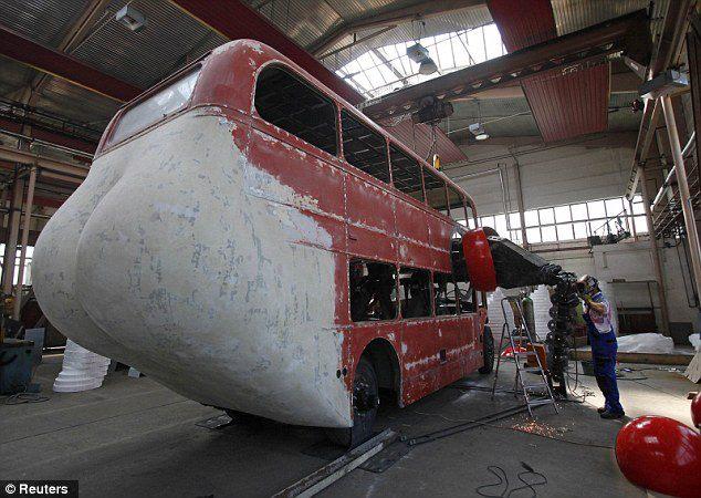 el-artista-david-cerny-transforma-un-clasico-autobus-londinense-0-20