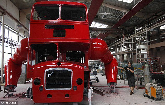 el-artista-david-cerny-transforma-un-clasico-autobus-londinense-0-21