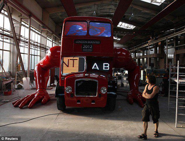 el-artista-david-cerny-transforma-un-clasico-autobus-londinense-0-22