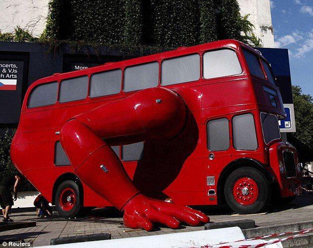 el-artista-david-cerny-transforma-un-clasico-autobus-londinense-0-26