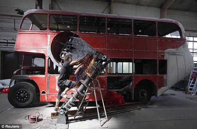 el-artista-david-cerny-transforma-un-clasico-autobus-londinense-0-27