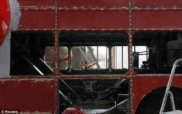 el-artista-david-cerny-transforma-un-clasico-autobus-londinense-0-29