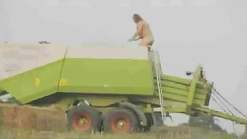 aa42b77ec5ce90a2a470158da526f7c4 - Va un tío, se desnuda y se lanza a una máquina de embalar paja