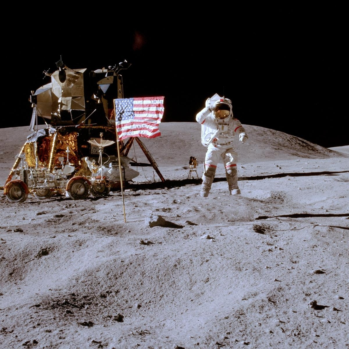 Las Banderas que dejaron las misiones Apolo siguen en pie en la Luna 13