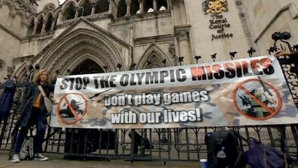 Vecinos de Londres protestan contra los misiles instalados en sus tejados 2