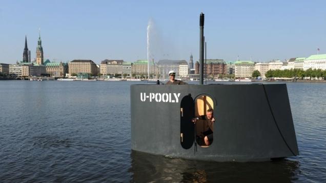 Bromistas causan alerta en Hamburgo con una réplica a pedales de la torreta de un submarino 31