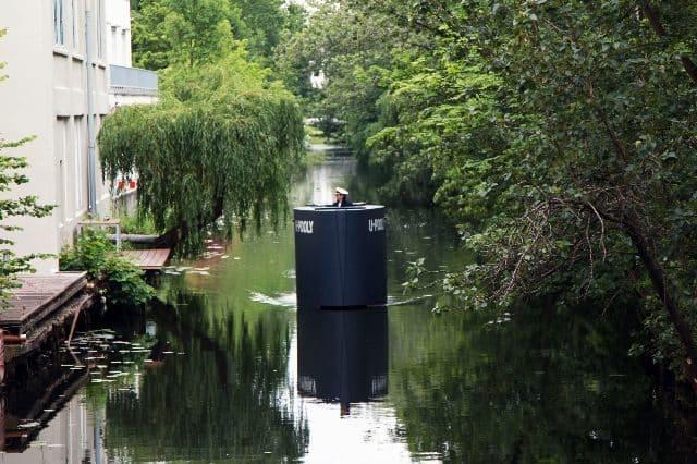 Bromistas causan alerta en Hamburgo con una réplica a pedales de la torreta de un submarino 36