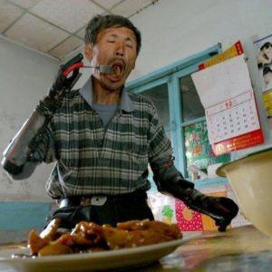 Pescador chino se fabrica sus propias manos biónicas tras perder las suyas en una explosión 27