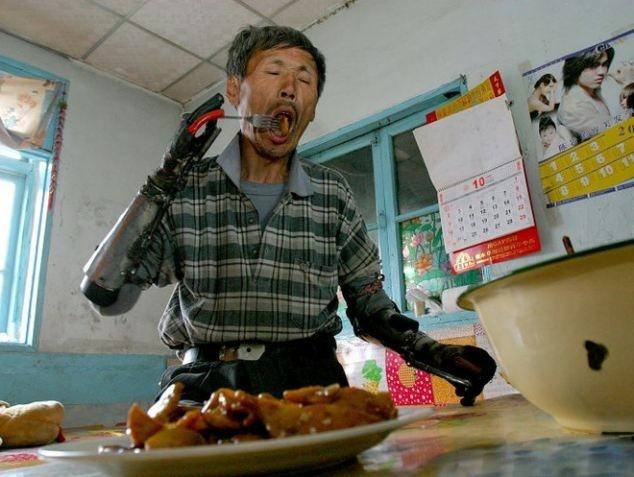 Pescador chino se fabrica sus propias manos biónicas tras perder las suyas en una explosión 14