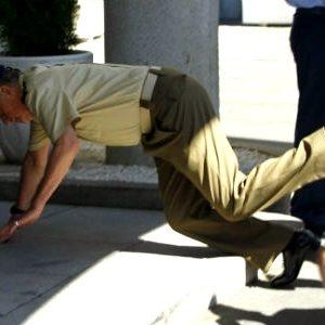 El rey Juan Carlos se cae de morros en la sede del Estado Mayor de la Defensa 14