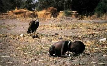 Buitre esperando la muerte de un niño - Las fotografías mas triste de la historia