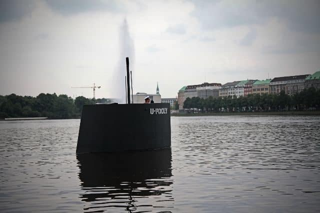 Bromistas causan alerta en Hamburgo con una réplica a pedales de la torreta de un submarino 35