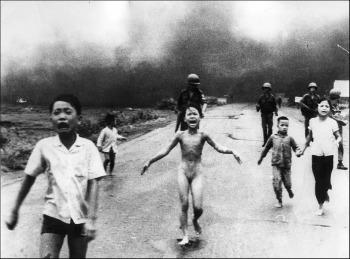 1972 Niños huyendo de ataque con Napalm