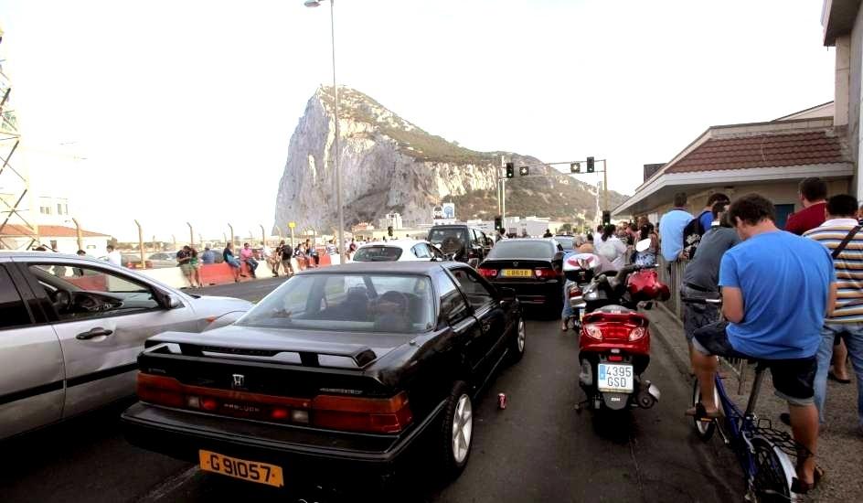 La subida del IVA dispara las colas de coches en la frontera de Gibraltar 12