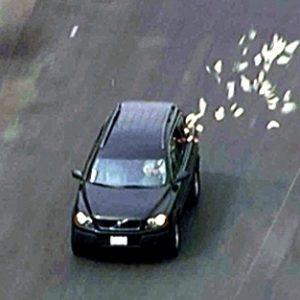 Unos ladrones 'reparten' parte de su botín mientras huyen de la policía 9