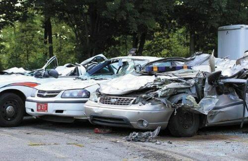 se-venga-de-la-policia-destrozando-7-coches-patrulla-1